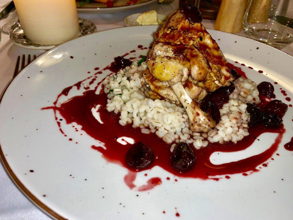 Cosa Mangiare a Cracovia: Faraona con salsa di ciliegia, orzo e spinaci  Ristorante Pod Nosem