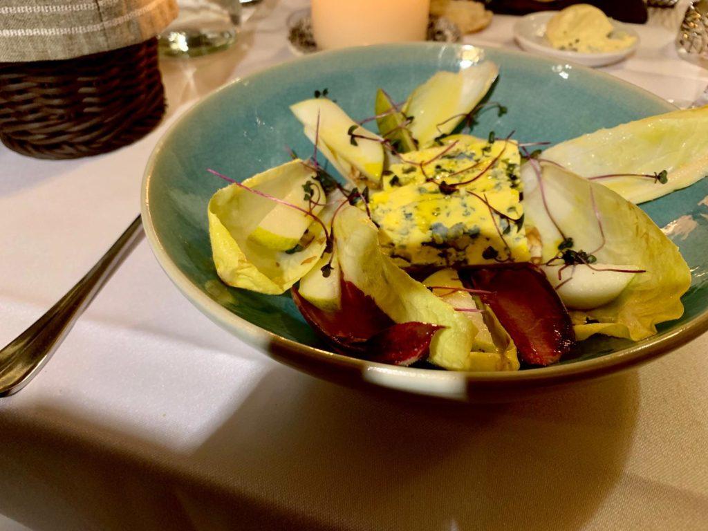 Cosa Mangiare a Cracovia: Insalata di cicoria, pere e formaggio  Ristorante Pod Nosem