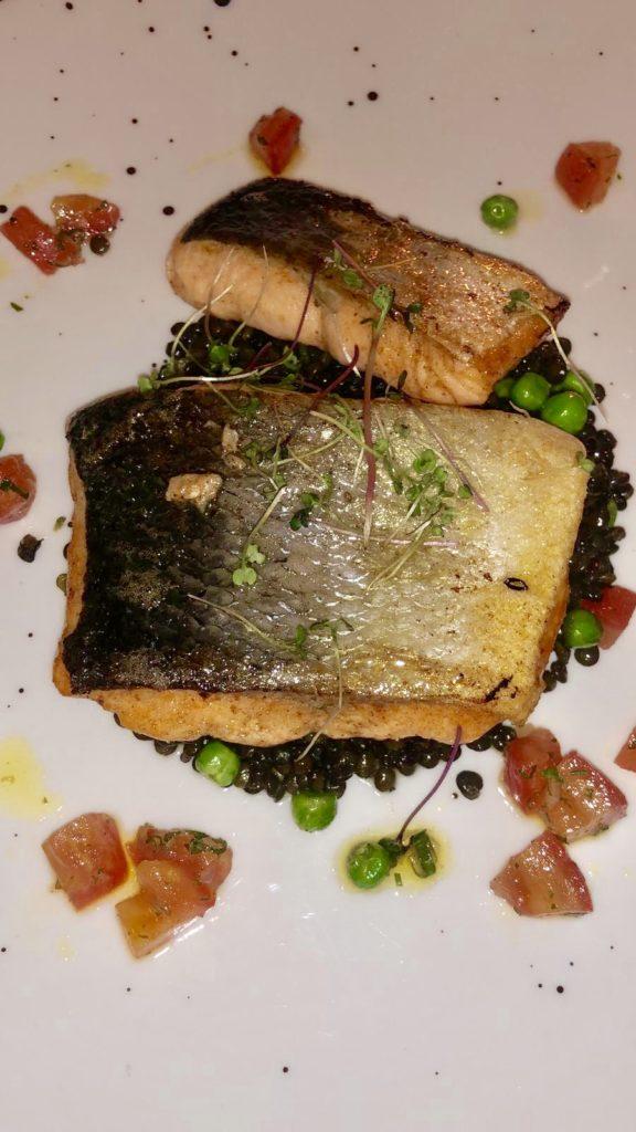 Cosa Mangiare a Cracovia: Salmone grigliato con lenticchie e riduzione  Ristorante Pod Nosem